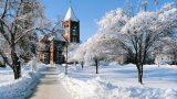 Khung cảnh trường  đại học New Hampshire 1 ngày tuyết rơi