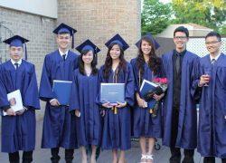 Tiến Long và Hằng học sinh AMEC trong buổi lễ tốt nghiệp tại trường với các bạn sinh viên Việt Nam