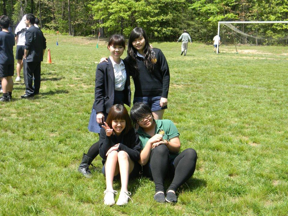 Hằng cùng các bạn sinh viên Việt Nam cùng pose ảnh trong buổi hoạt động ngoại khoá tại trường