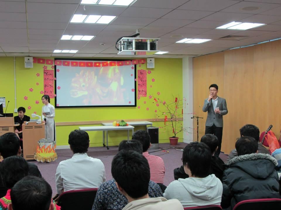 Các bạn sinh viên Việt Nam đang theo học tại đại học Sheffield cùng nhau chúc mừng năm mới