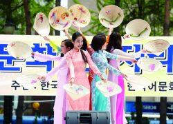 Các bạn du học sinh Việt Nam biểu diễn trong ngày hội tại trường