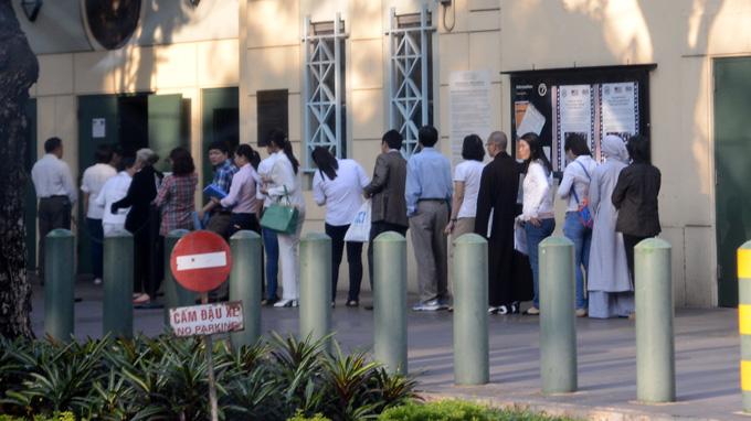 Xếp hàng tại ĐSQ Mỹ chờ phỏng vấn VISA