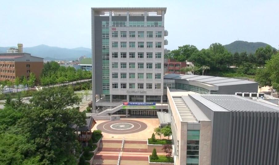 Kangwon National University (KNU) nằm trong hệ thống 10 trường đại học chính trên lãnh thổ Hàn Quốc