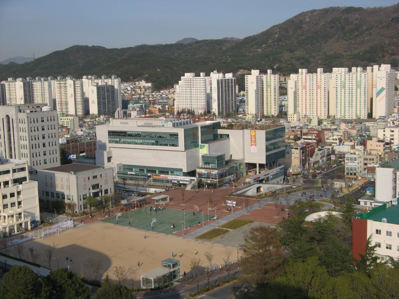 Đại học Quốc gia Pusan nằm ở thành phố Busan-thành phố lớn thứ 2 ở hàn Quốc, lớn thứ 5 thế giới