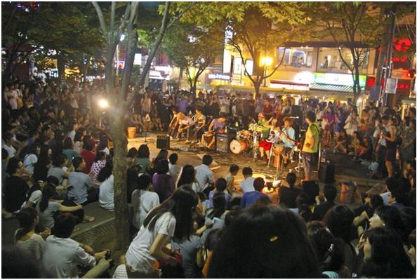 Thưởng thức nghệ thuật đường phố về đêm tại Hongdae