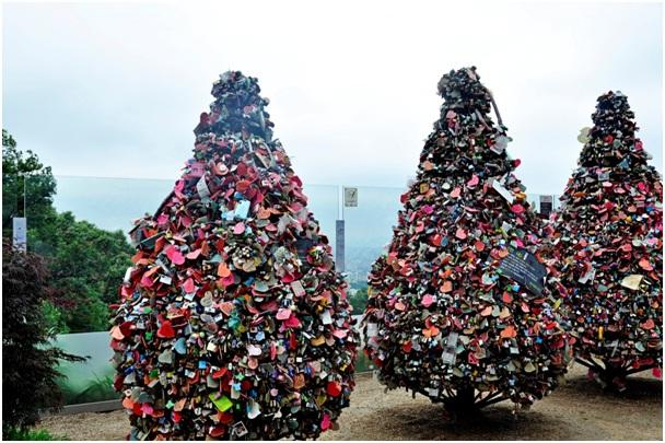 Tự tay khóa chiếc khóa tình yêu tại tháp Namsan – một trong những biểu tượng của thủ đô Seoul