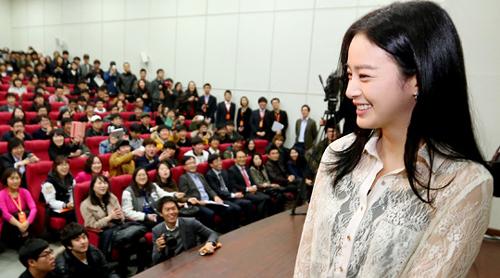 Kim Tae Hee là cựu sinh viên ĐHQG Seoul