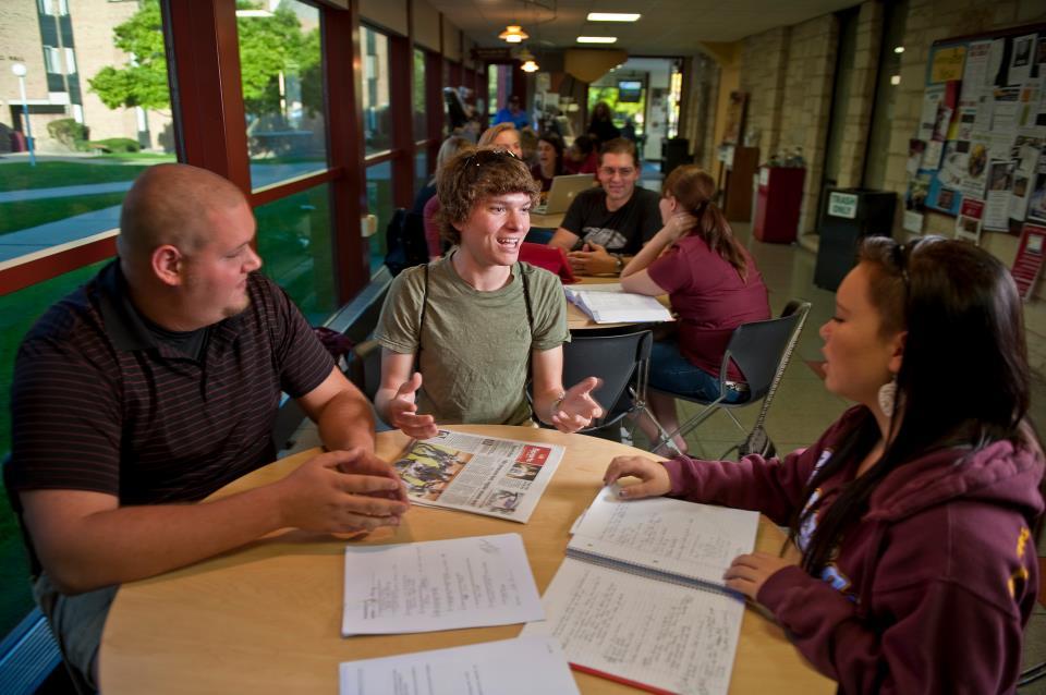 Học nhóm cùng bạn bè tại quán cafe của thư viện trường