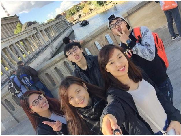 Xuân cùng các bạn chụp ảnh bên sông Spree