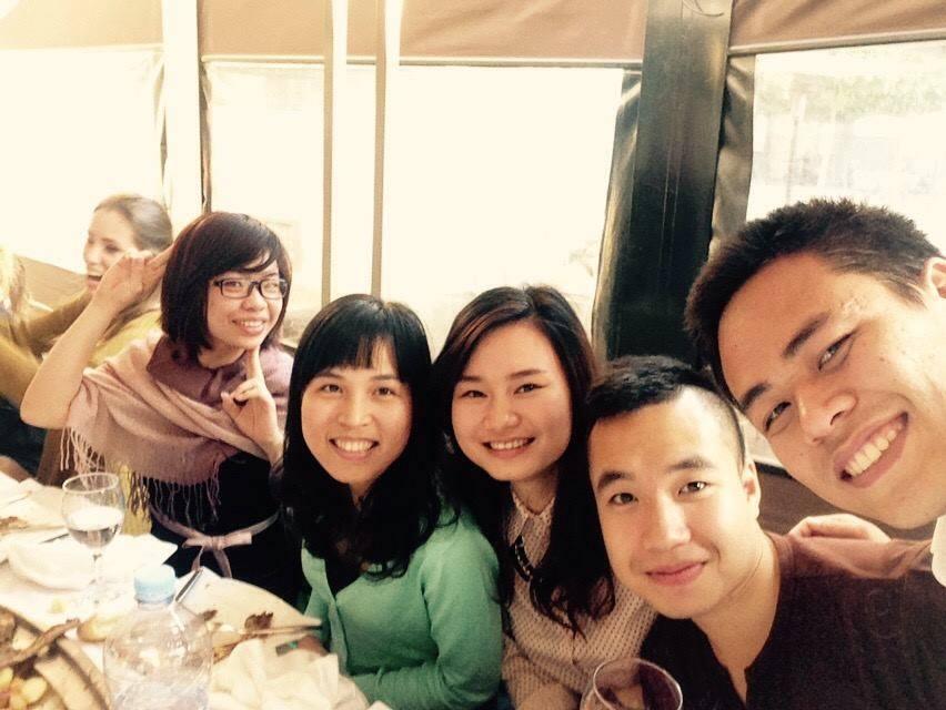 Bạn Minh Trang và Nguyễn Phượng từ trái sang