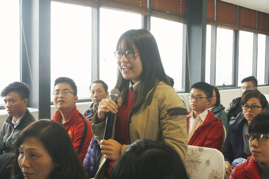 Các bạn học sinh hào hứng hỏi đáp Amec ngay tại Hội thảo Hà Nội