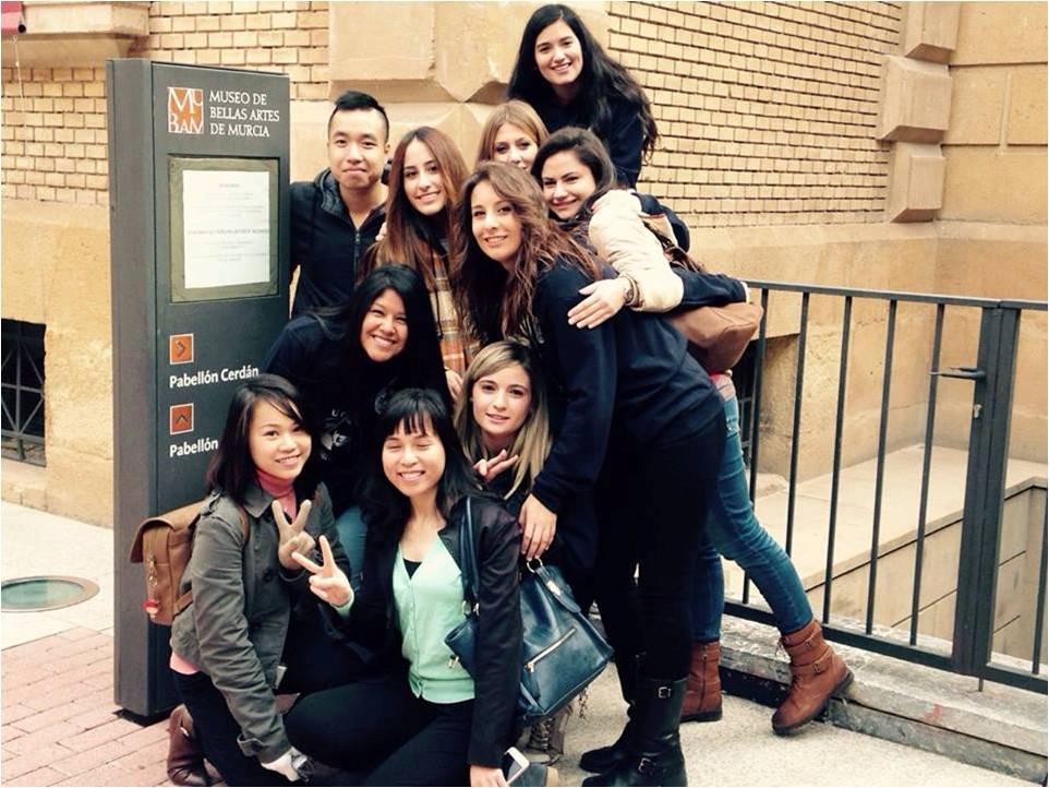 Phượng - học sinh AMEC cùng bạn bè quốc tế ngoài giờ học