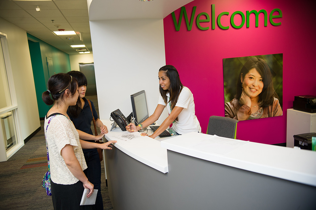INTO-MAR-intocenter-students-at-helpdesk