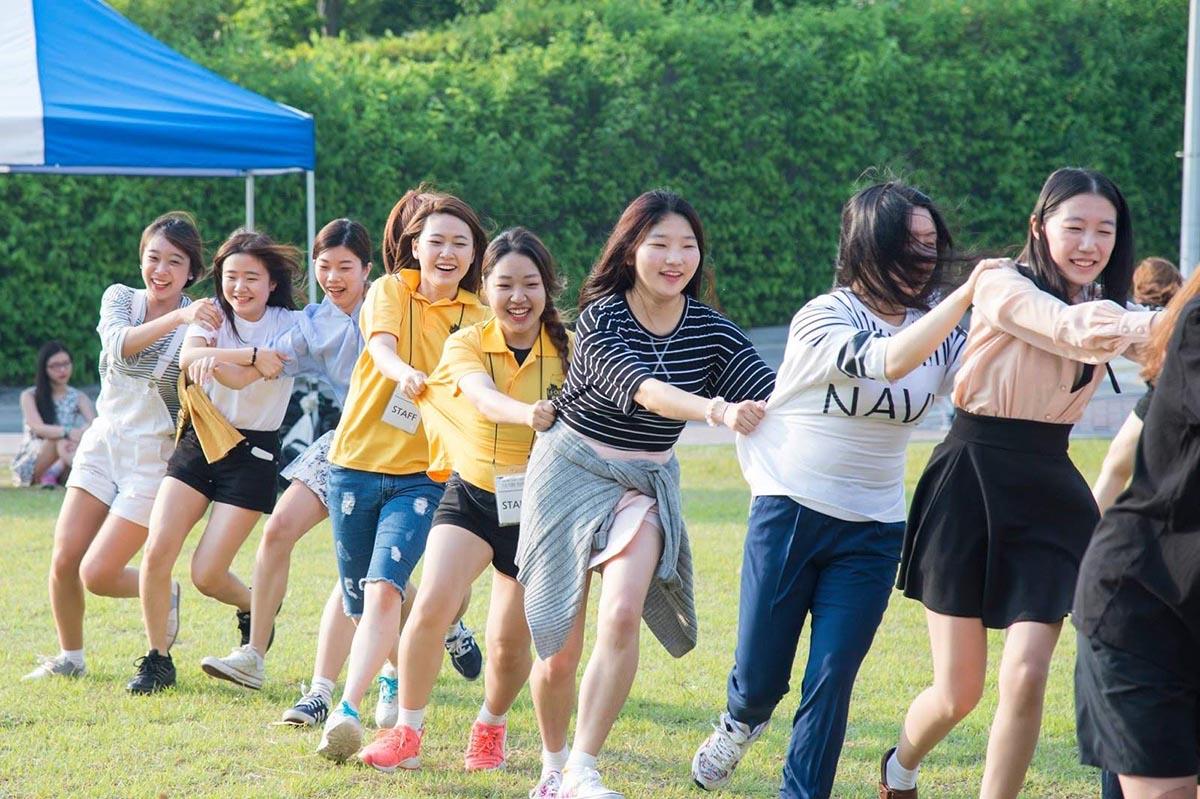 Sinh viên trường Nữ Sinh Seoul tham gia các hoạt động ngoại khóa tại trường