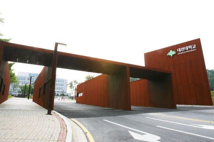 Đại học Daejeon nằm trên địa bàn quận Donggu, thành phố Daejeon, Hàn Quốc